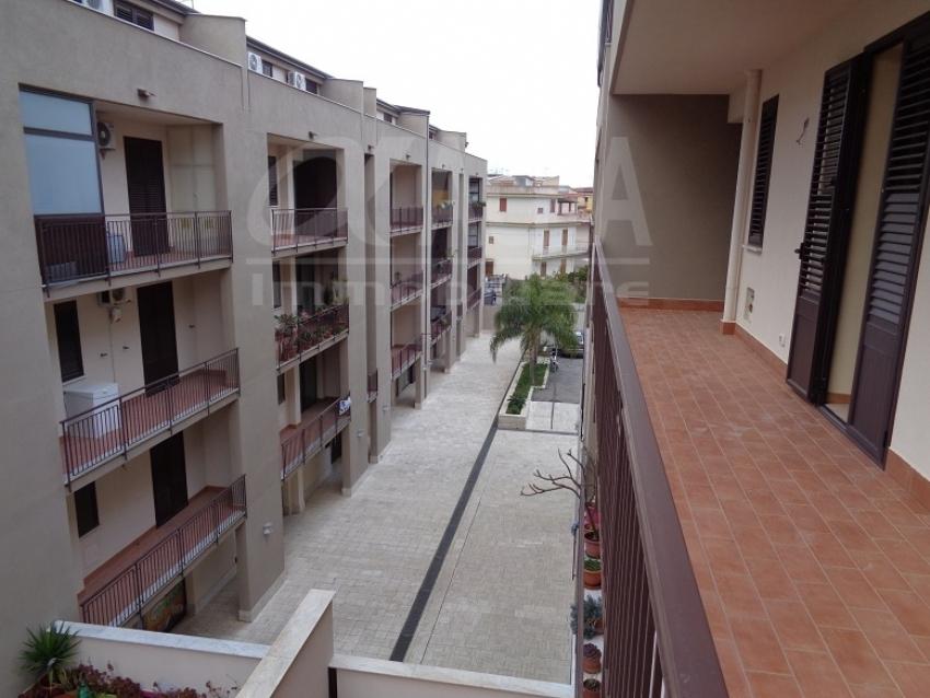 <p>ALFA - AF003 - Altavilla Milicia (PA) - Centro Urbano a ridosso del Corso principale - Appartamento di circa 128 mq. oltre balconi panoramici, al piano terzo servito da ascensore,&nbsp; angolare con 2 esposizioni, composto da: Ingresso su ampio salone soggiorno con sfogo su balconcino, cucina media con sfogo su ampio balcone, disimpegno, camera da letto matrimoniale con w.c. doccia in camera, w.c. bagno con vasca, camera con sfogo su balcone, cameretta; Non arredato. A Referenziati.&nbsp;Richiesta Mensile = Euro 475,00 - Classe Energetica = F</p>